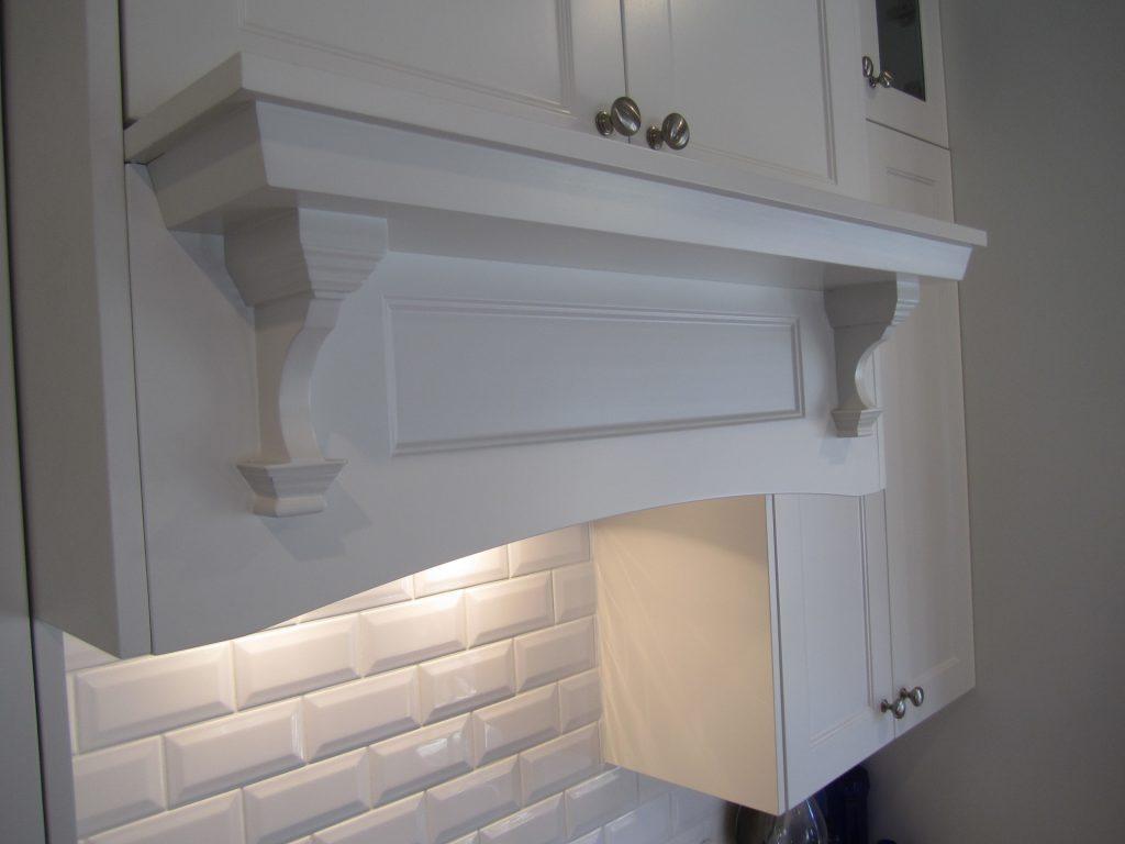 Brisbane Kitchen Design Shake Style Kitchen Davis Mansfield Custom Rangehood Cabinet with Mantle(5)