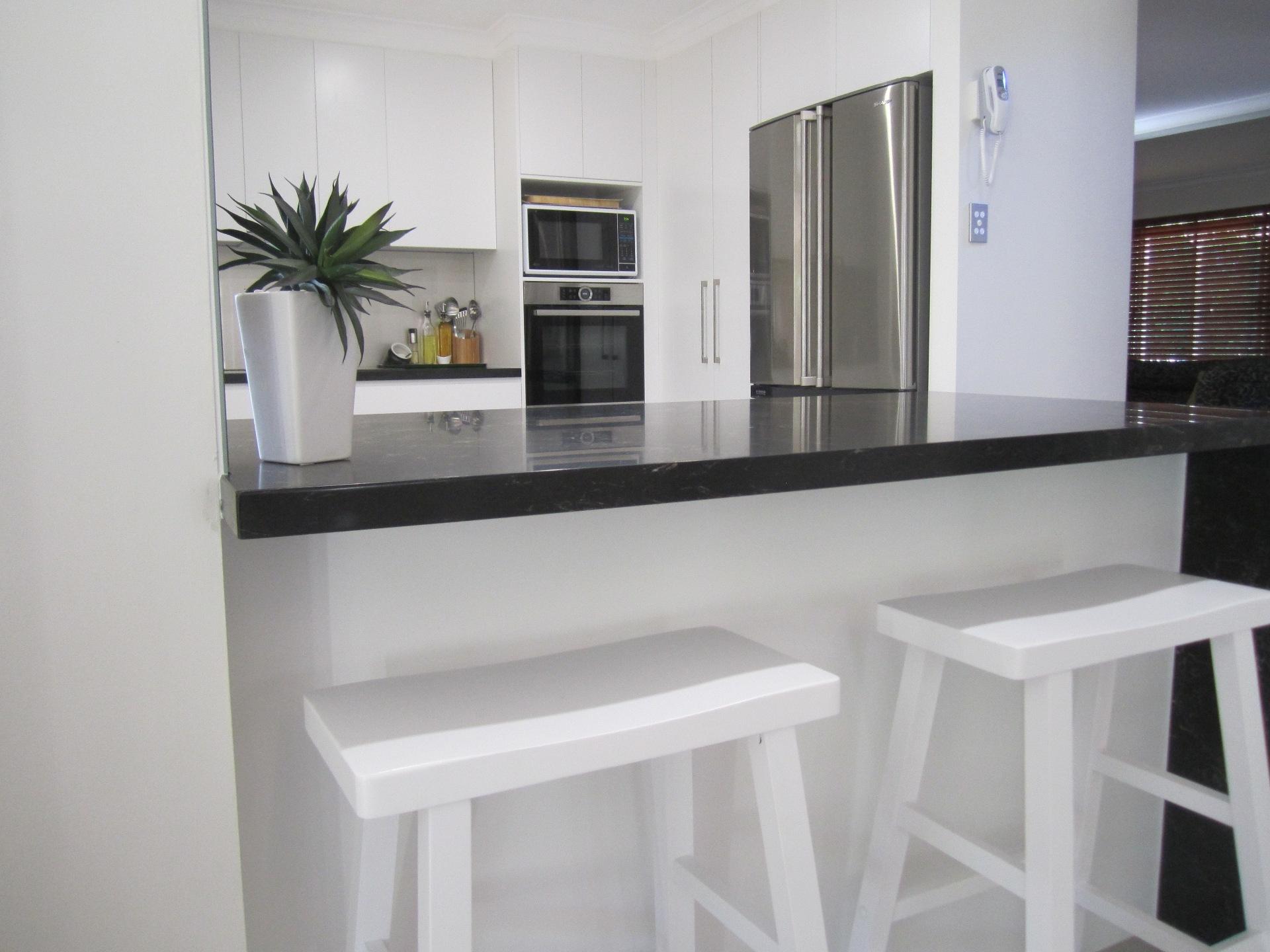 Brisbane Kitchen Design Contemporary Kitchen White 2 Pac Integrated Handles (12)