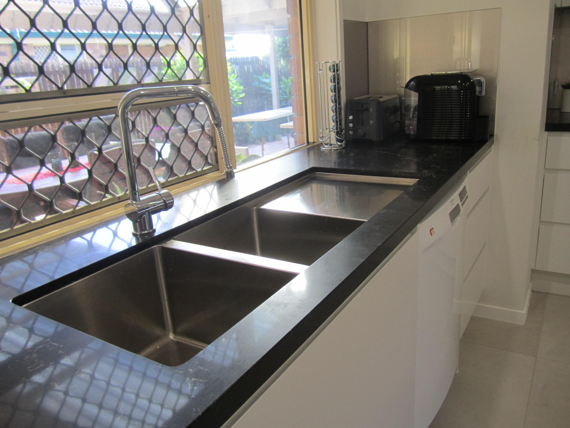 Brisbane Kitchen Design Contemporary Kitchen White 2 Pac Integrated Handles (4)