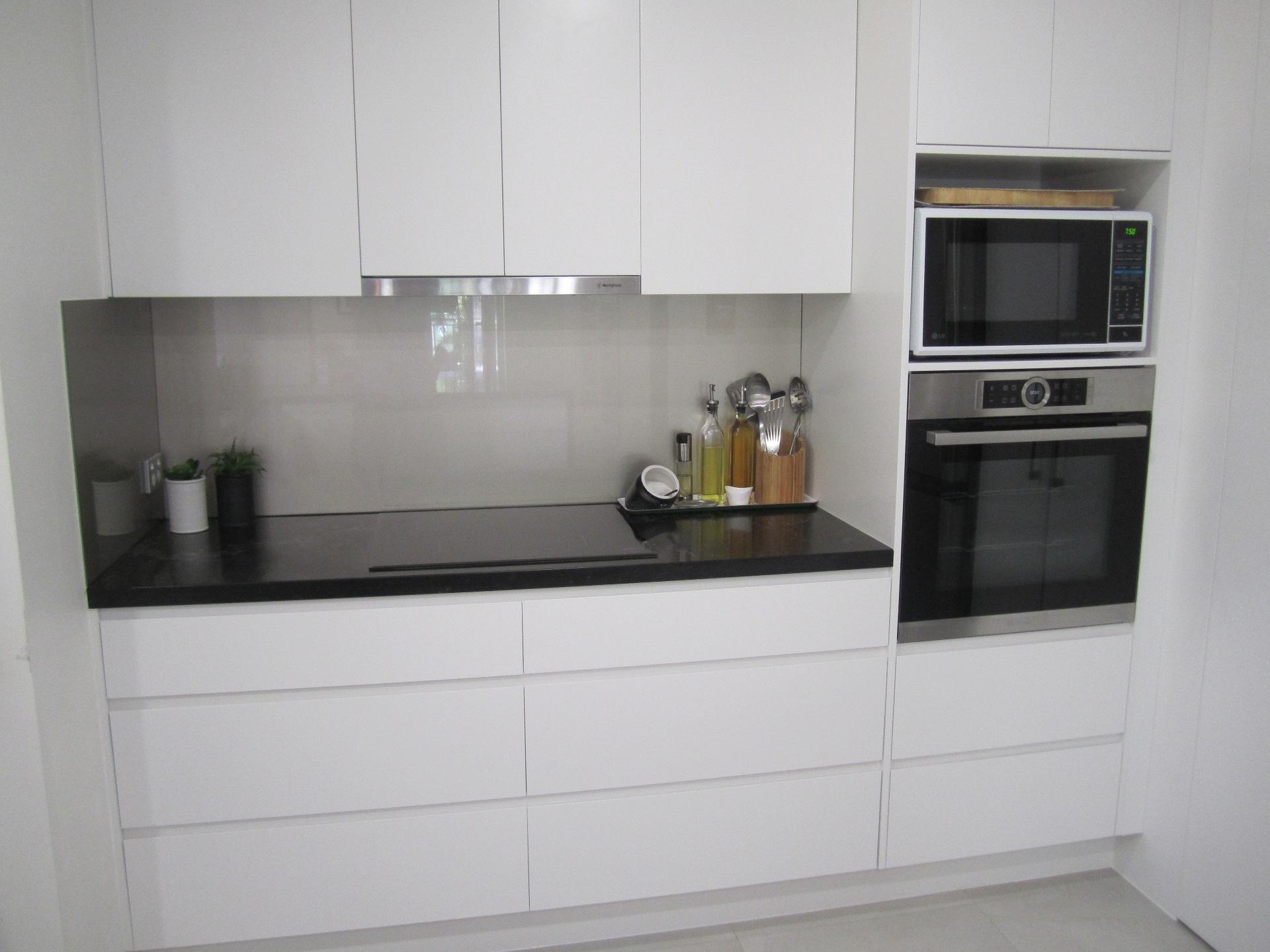 Brisbane Kitchen Design Contemporary Kitchen White 2 Pac Integrated Handles (5)