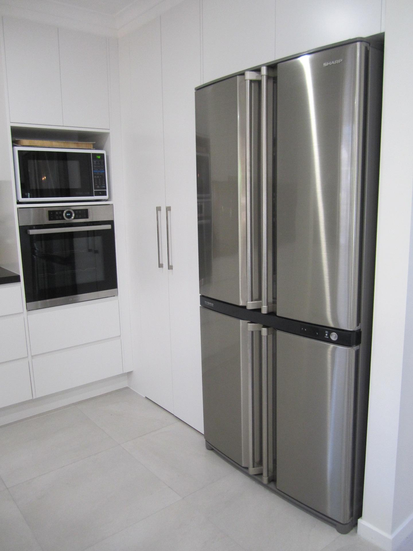 Brisbane Kitchen Design Contemporary Kitchen White 2 Pac Integrated Handles (6)