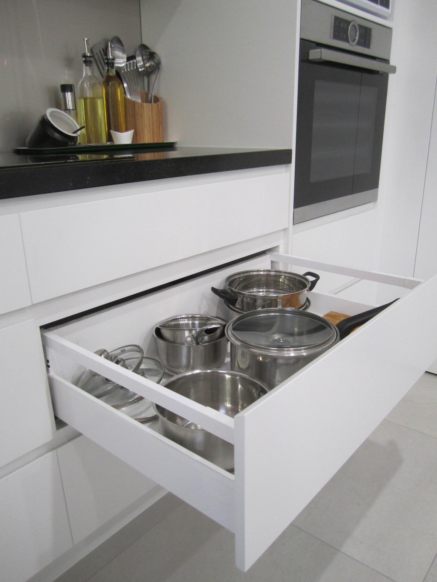 Brisbane Kitchen Design Contemporary Kitchen White 2 Pac Integrated Handles (8)