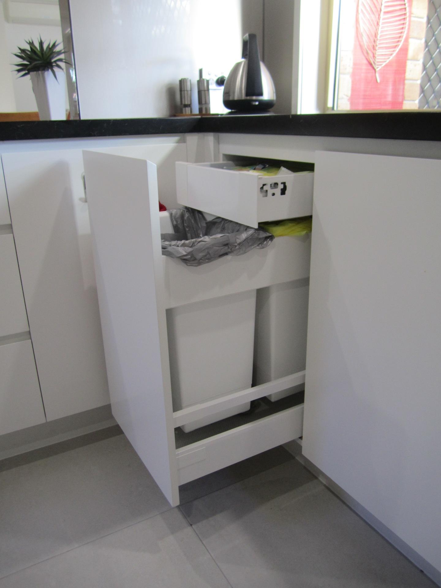 Brisbane Kitchen Design Contemporary Kitchen White 2 Pac Integrated Handles (9)
