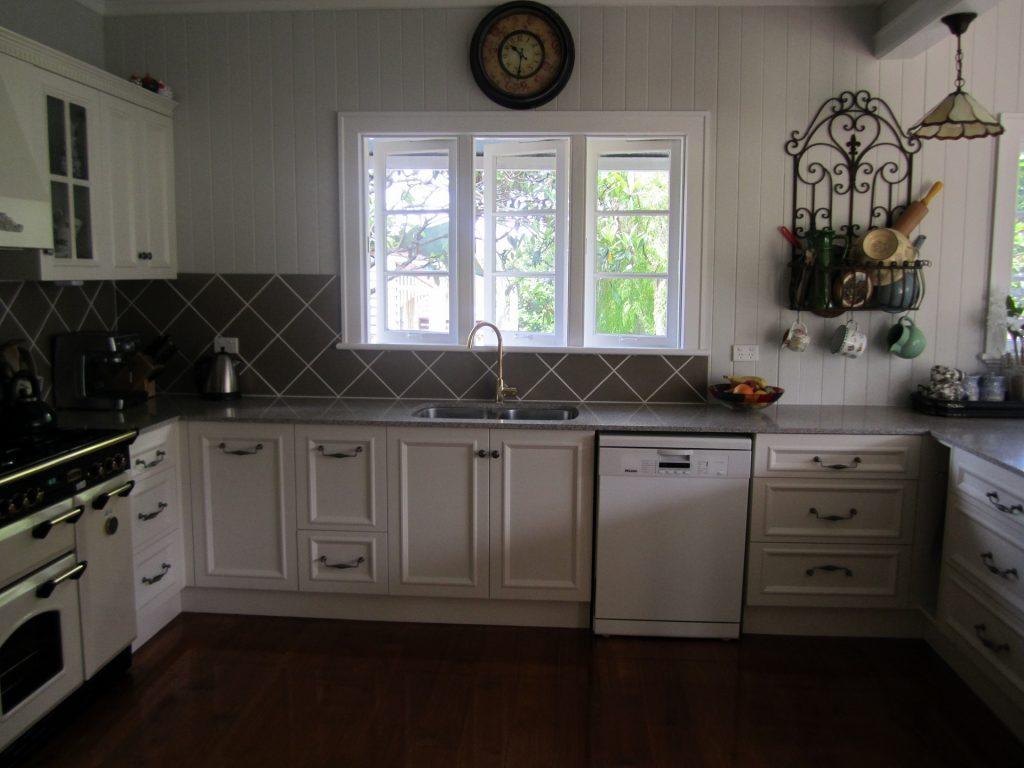 brisbane-kitchen-design-gordon-park-traditional-kitchen-country-style5