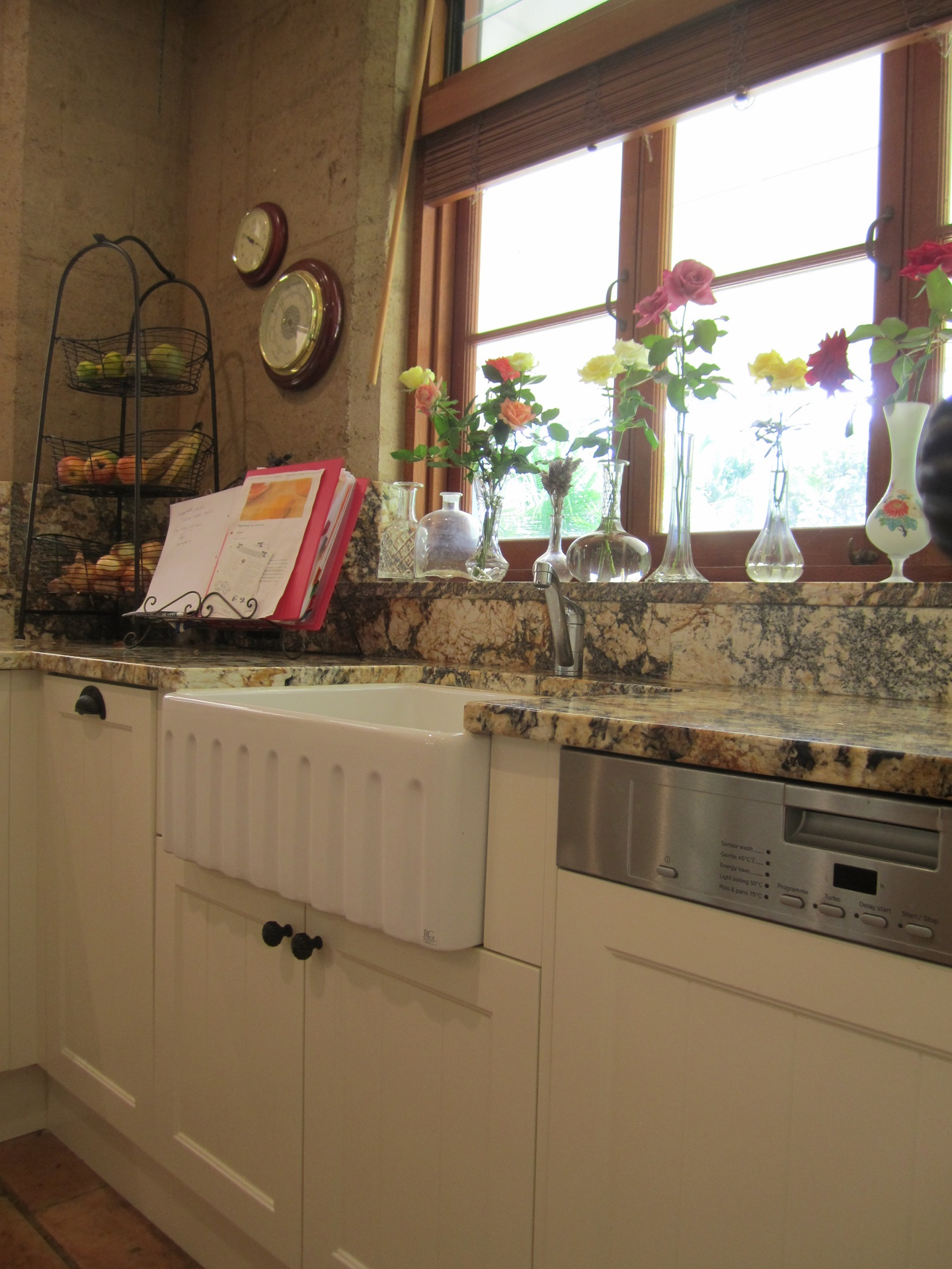 Brisbane Kitchen Design Samford Traditional Kitchen Belfast Sink Semi Integrated Dishwasher1