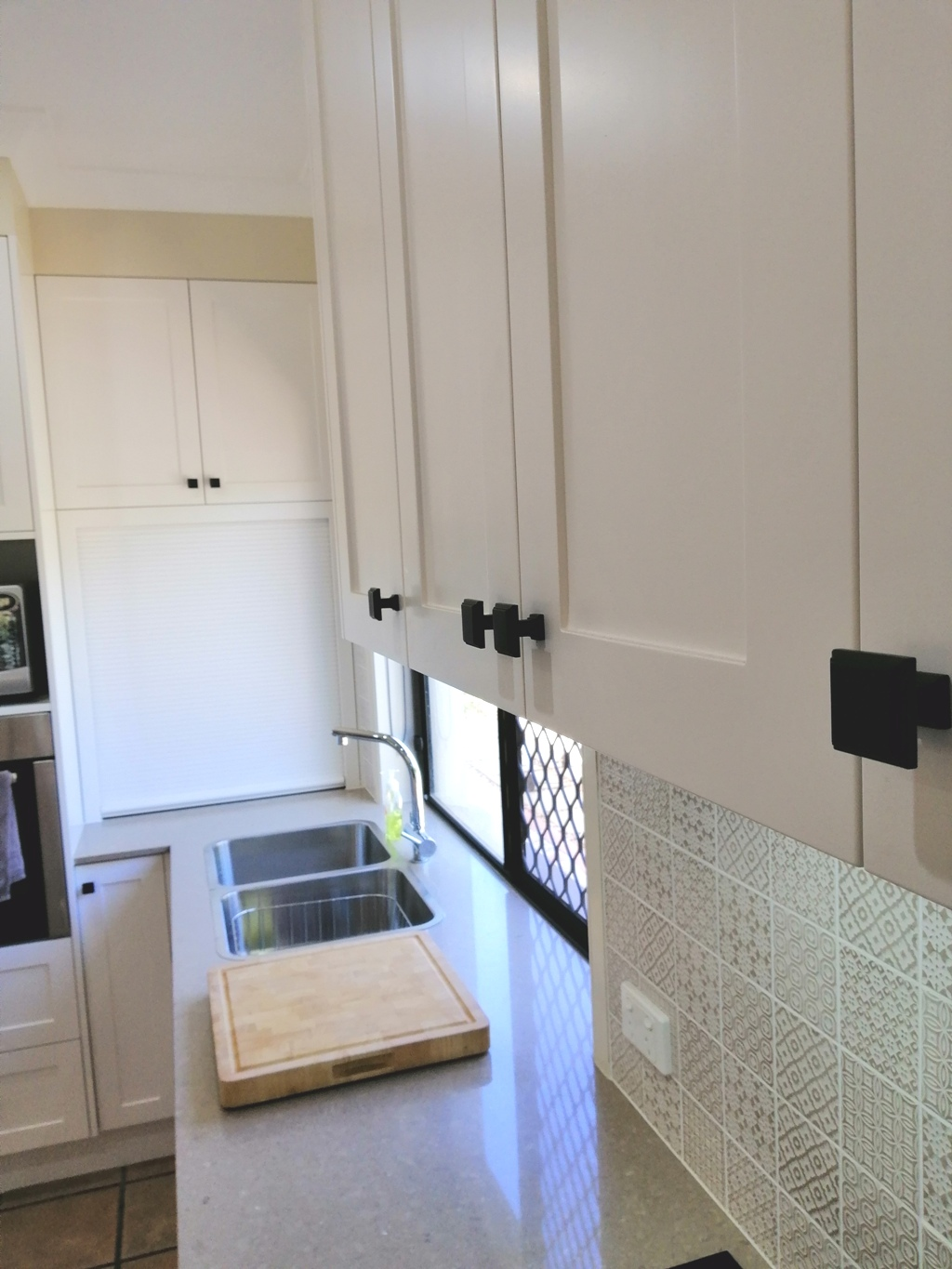 Bridgeman Downs Shaker Kitchen with Black Knobs