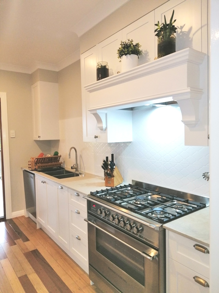 Holland Park Shaker Kitchen with Custom Rangehood with Mantle