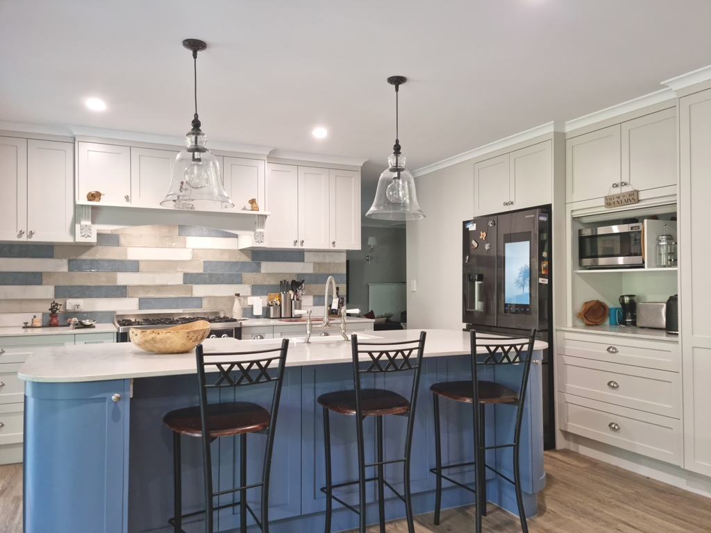 BrisbaneKitchenDesign O'Byrne Traditional Kitchen Clear Mountain with Curved Island Bench
