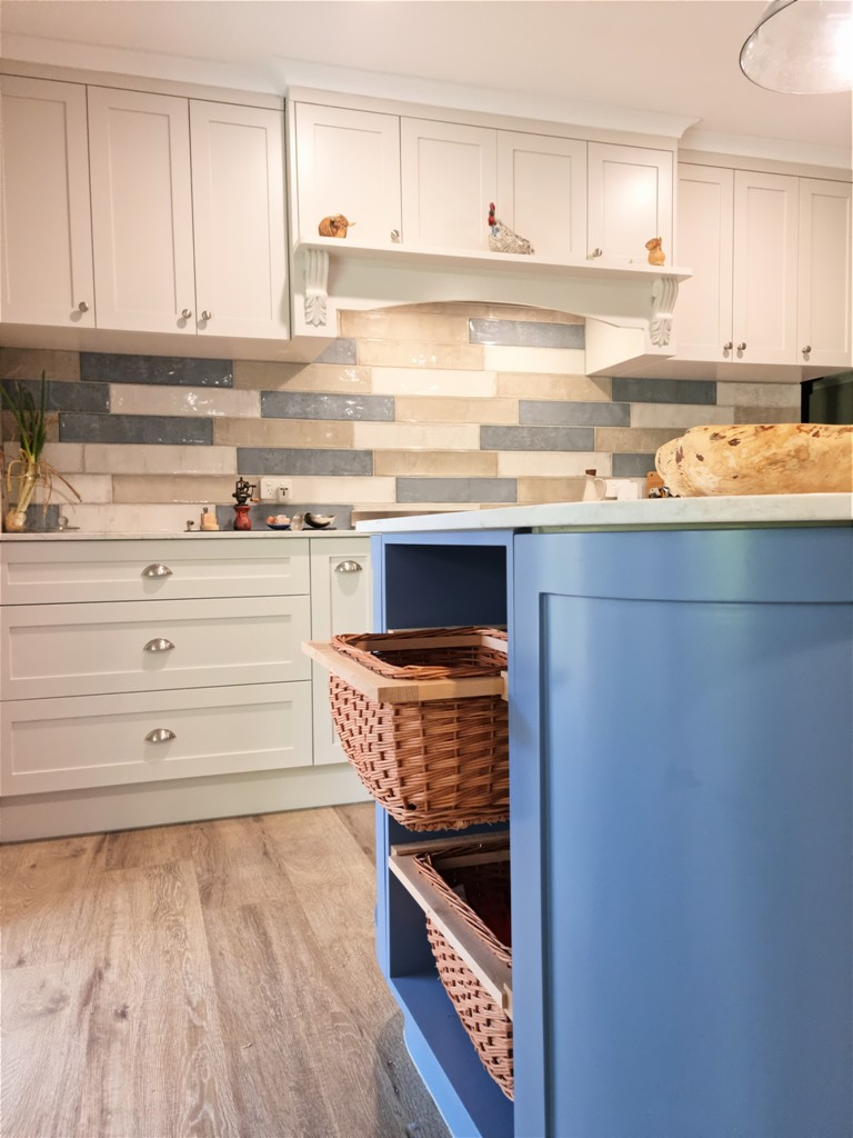 BrisbaneKitchenDesign O'Byrne Traditional Kitchen Clear Mountain with Curved Island Bench with Hafele Pullout Wicker Baskets